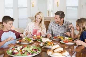 NewYearsResolution,familyeatinghealthydinnertogether
