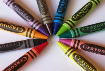 Circle of colorful crayons