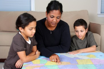 Summer Reading for Kids, Mom and kids reading US map