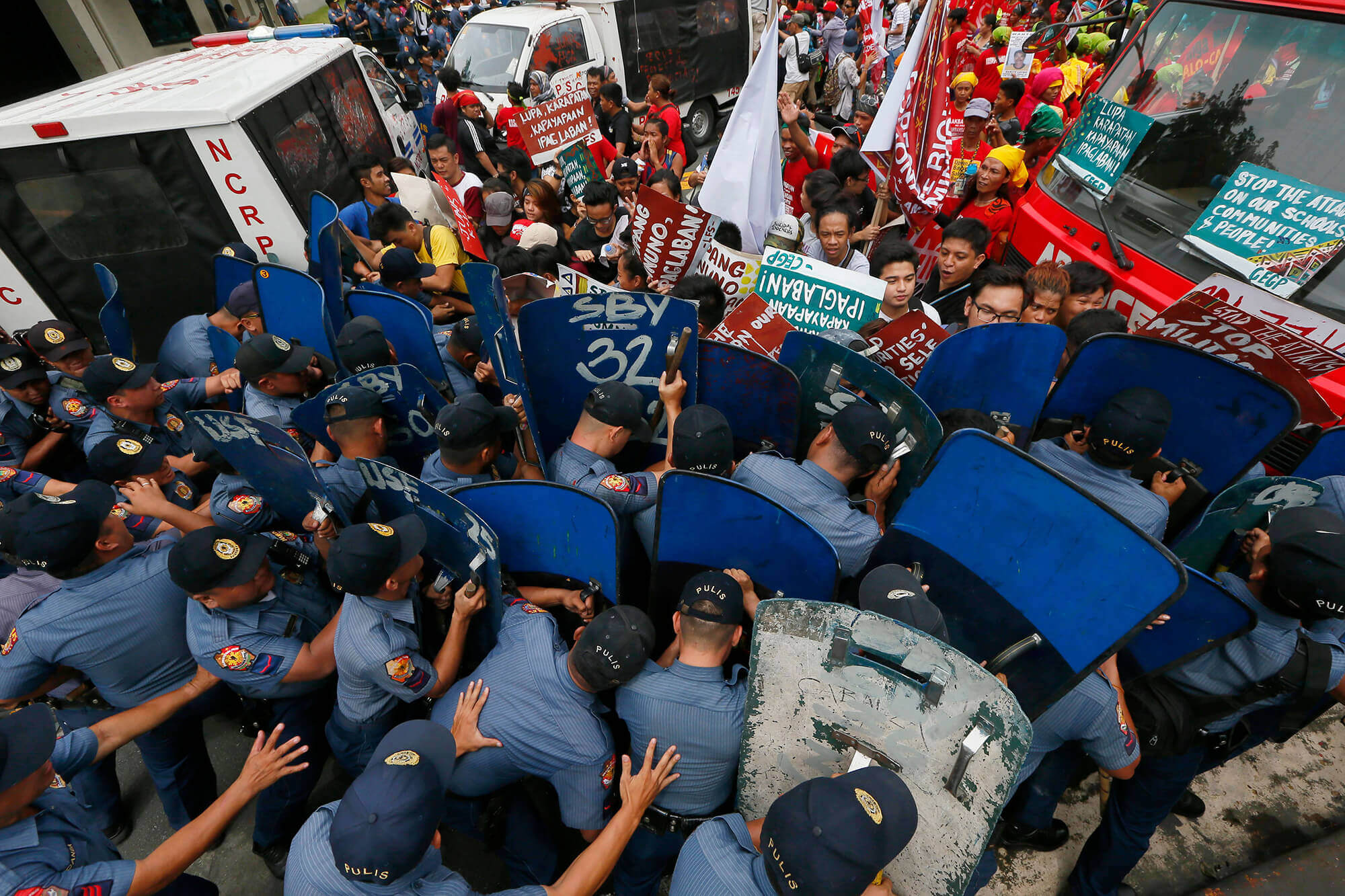 Protesters and police clashing in the Philippines