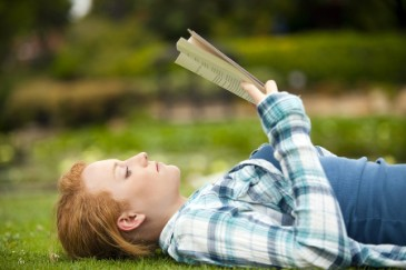 Summer Learning Tips for LD, teen girl doing summer reading outside